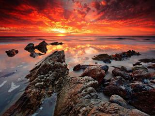обои Скалистый берег моря на зaкате фото