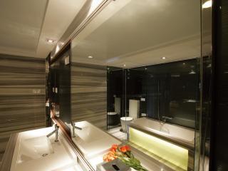 обои Ванная комната со стенкой зеркальной фото