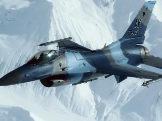 обои Над снежными вершинами военный истребитель фото