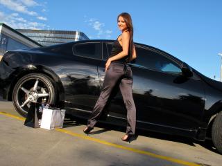 обои Девушка у машины черной после шопинга фото