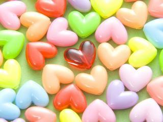 обои Разноцветные сердечки пластмасовые фото