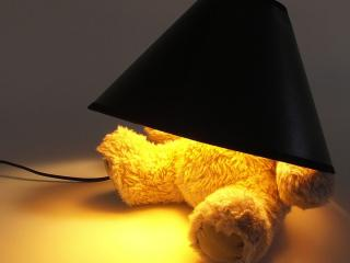 обои для рабочего стола: Мишка под колпаком лампы