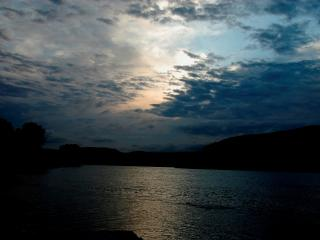 обои У реки вечер голубой фото