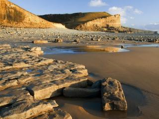 обои Каменные блоки на берегу с песком фото
