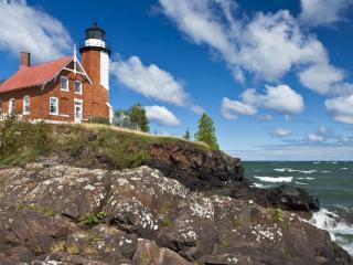 обои Домик с маяком на прибрежной скaле фото