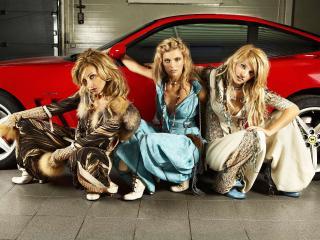 обои Присели девушки у красного автомобиля фото