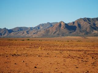 обои Пустыня у горного массива фото