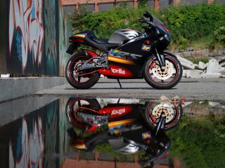 обои Априлья мотоцикл на асфальте фото