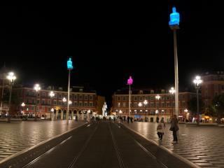 обои На площади вечерней люди гуляют фото