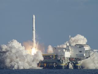 обои Запуск ракеты у воды фото