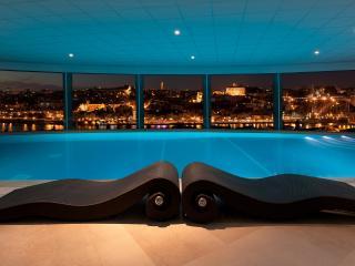 обои Интерьер бассейна с видом на ночной город фото