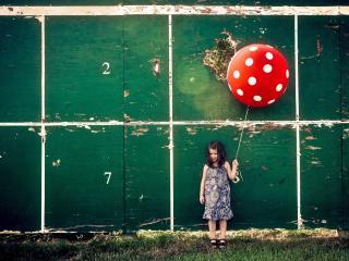 обои Девочка с шаром фото