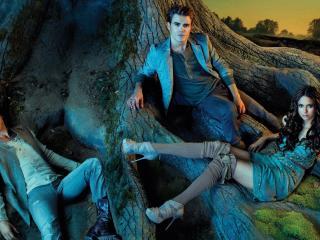 обои Елена с парнями у дерева фото