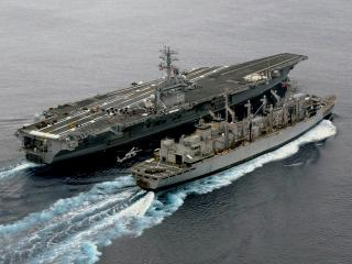 обои Корабль около авианосца фото