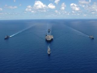 обои Корабли сопровождают большой авианосец фото