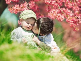 обои Под цветущим кустом братик с сестричкой фото