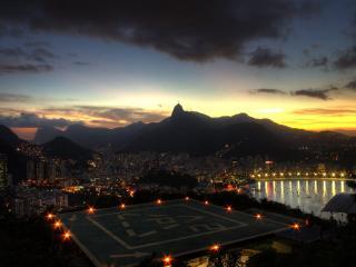 обои Огни вечернего города в предгорье фото