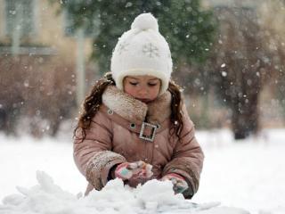 обои Девочка и снег фото