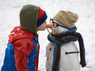 обои Мальчик и снеговик фото