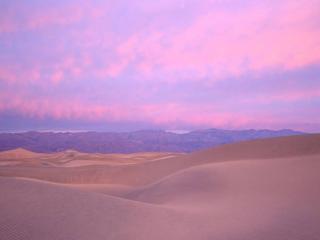 обои Розовое небо над горами фото
