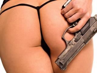 devushka-s-popoy-i-pistoletom