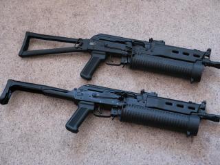 обои Два пистолета-пулемета на полу
