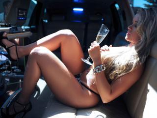 обои У бара в салоне машины девушка с бокалом фото