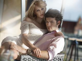 обои Молодая пара на стуле плетеном сидит фото