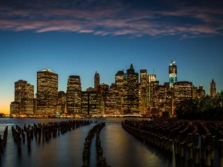 обои Вид ночного города на фоне моря фото