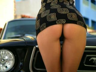 обои Девушка в платье стоит у автомобиля фото