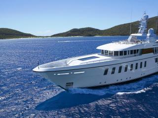 обои Красивая белая яхта в синем море фото