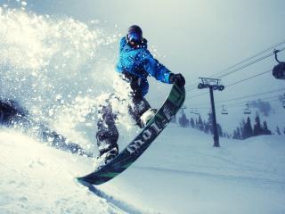обои Спаскается с горы на сноуборде фото