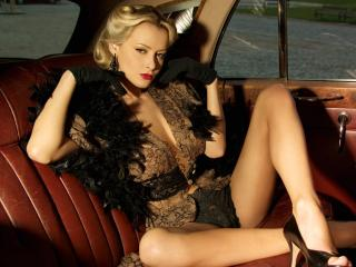 обои На заднем сидении машины блондинка в черных перчатках фото