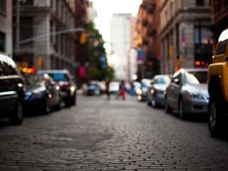 обои На небольшой улице машины стоят фото