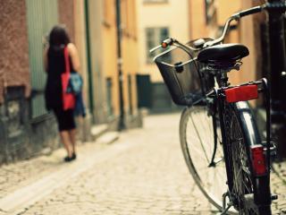 обои Велосипед на узенькой улице фото