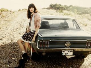 обои У машины на подьеме стоит девушка фото