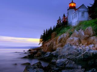 обои На склоне берега светится маяк фото