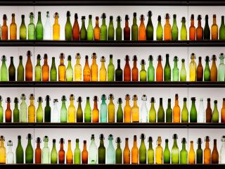 обои Бутылки разного цвета и форм фото