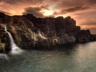 обои Водопад спадающий в море фото