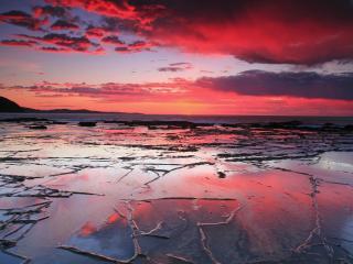 обои Берег со шрамами на мокром берегу под багровыми облаками фото
