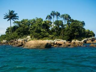 обои Маленький островок окруженный камнями фото