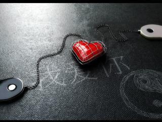 обои для рабочего стола: Брелок сердце инь-янь