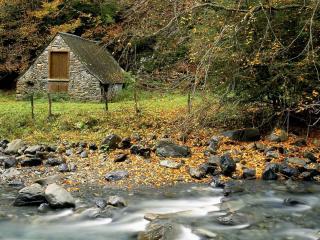 обои Старый домик из камней на берегу реки.jpg фото