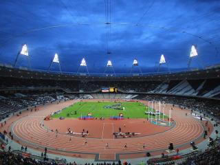 обои для рабочего стола: На арене стадиона бег с препятствиями