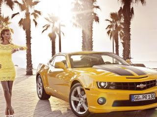 обои Мулатка и желтый Chevrolet фото