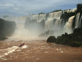 обои Катер на бурной реке с водопадом фото