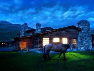 обои У дома под вечер конь на траве фото