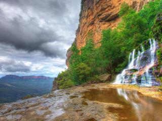 обои Водопад и зеленые деревья на скале фото