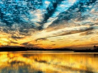 обои Золотое озеро от заката фото