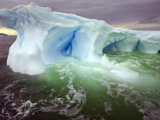 обои Большой айсберг в море фото